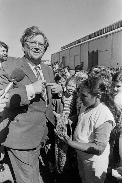 David Lange and schoolchildren, 1985