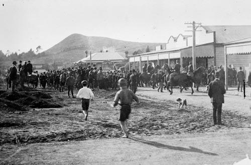 Waihī miners' strike: crowd of strikers