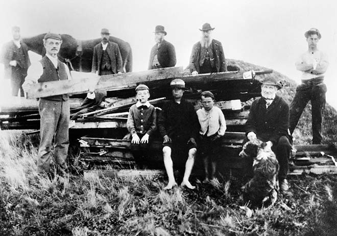 Building a bonfire at Māngere, 1897
