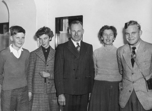 Peter Phipps (centre), his wife Jessie (second from right) and their children, 24 August 1955