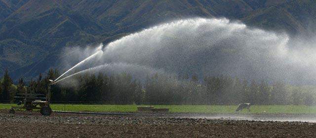 Moving spray irrigator