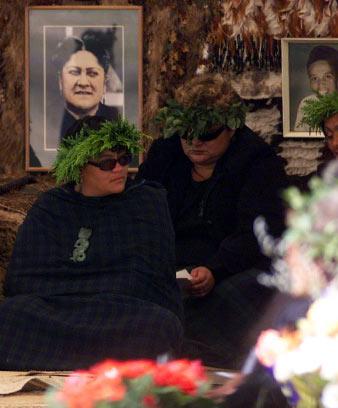 E mau pare kawakawa ana te pae mate i te tangihanga mō Tā Robert Mahuta.