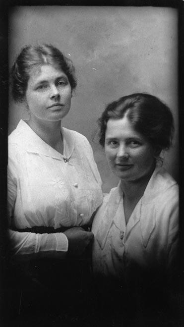 Kate Challis Excelsa Hooper (left) and Georgina Milne, 1918