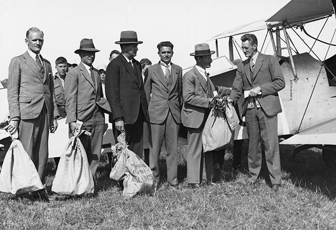 Jack Newman (left) before the first airmail flight from Nelson to Wellington on 20 January 1932