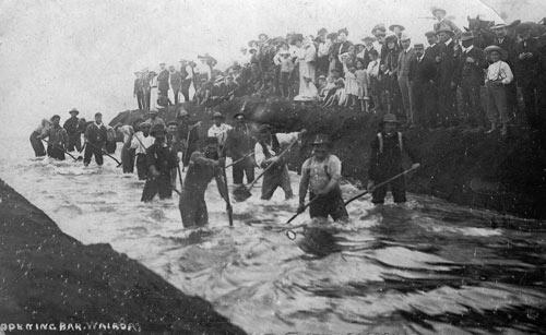 Digging the bar, Wairoa River, early 20th century