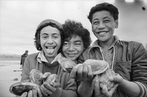 Young toheroa diggers