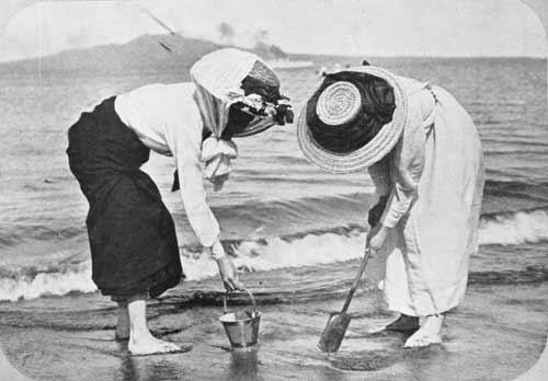 Women on the beach, 1910