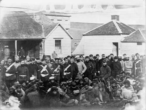 Soldiers guard Māori prisoners, 1867