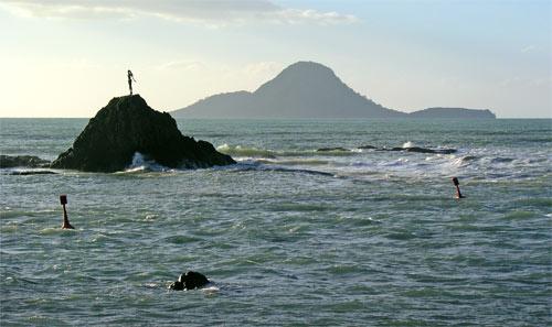 Statue of Wairaka and Moutohorā (Whale Island)